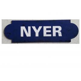 Repro de la plaque de la gare de Nyer, desservie par le Train jaune